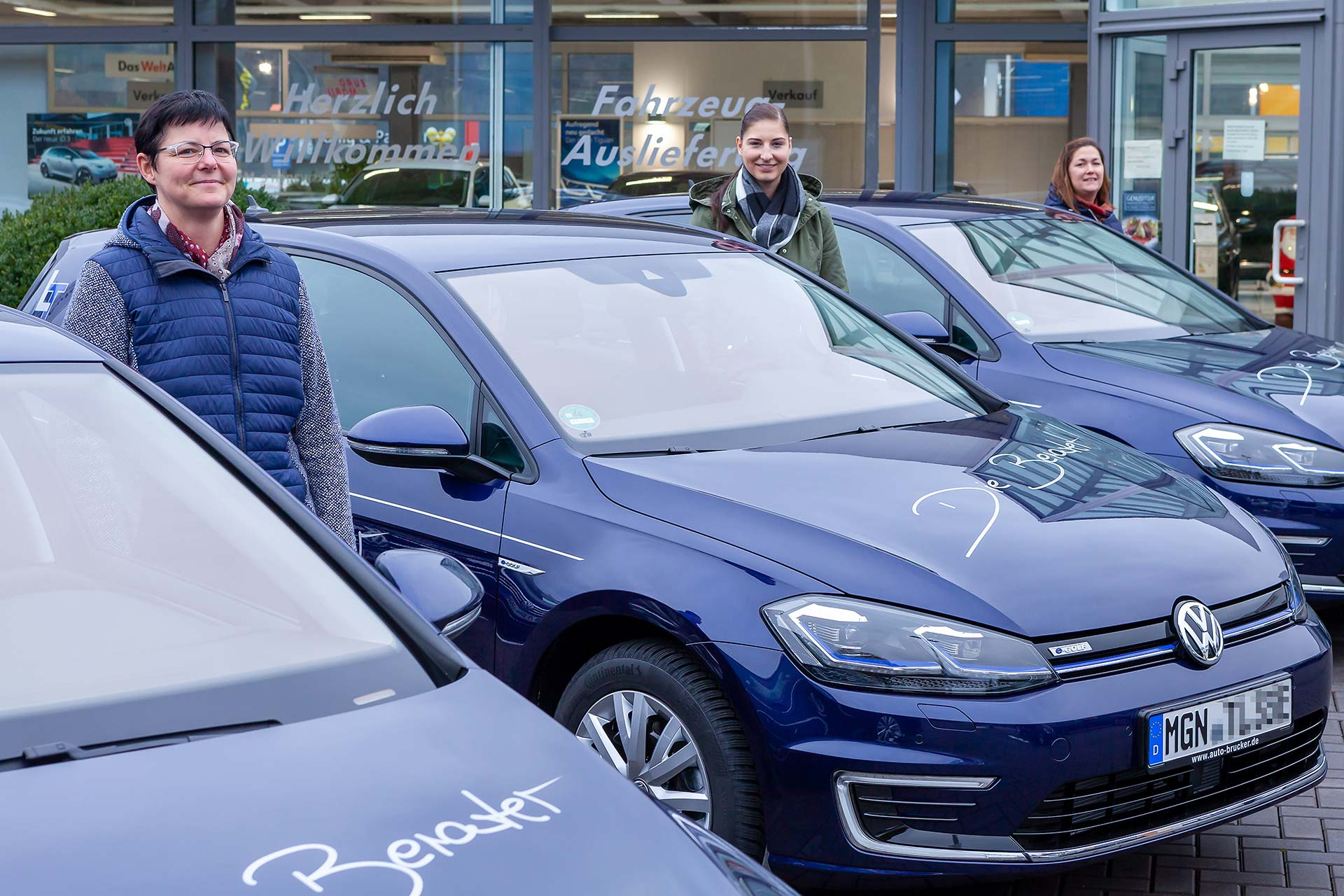 Drei Mitarbeiterinnen der Steuerkanzlei Leinhoß haben Ihre neuen Dienstwagen erhalten